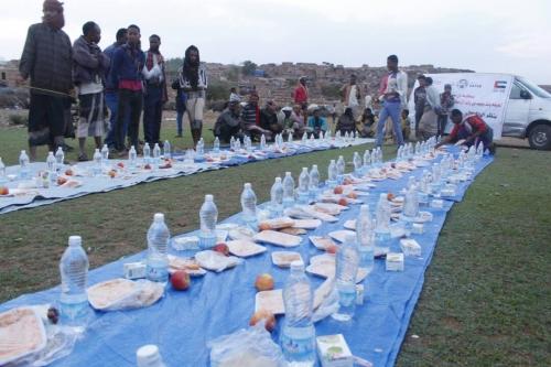 الهلال الأحمر الإماراتي ينظم إفطارا جماعيا بمنطقة مريس في الضالع