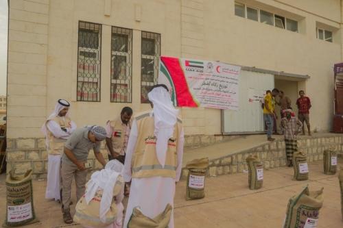 الهلال الأحمر الإماراتي يواصل توزيع زكاة الفطر على الأسر المحتاجة في مديرية المكلا