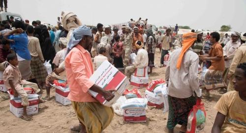 الهلال الأحمر الإماراتي يبدأ توزيع المساعدات الإنسانية والغذائية العاجلة على أهالي المناطق المحررة في الحديدة