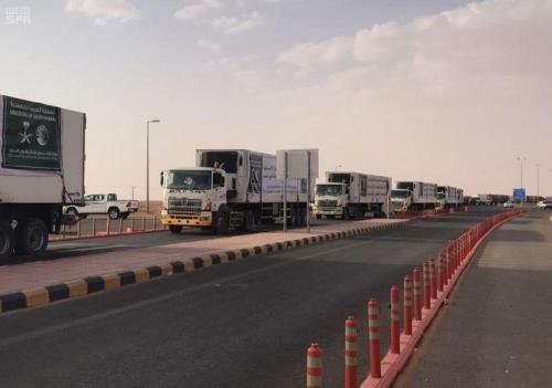 18 شاحنة إغاثية من مركز الملك سلمان تعبر منفذ الوديعة تستهدف الحديدة