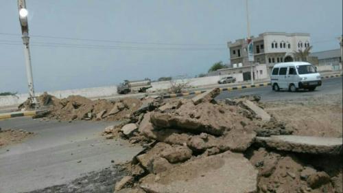 الحوثيون يشرعون بتدمير الطرقات الرئيسية الواصلة إلى مدينة الحديدة وتفخيخها بالمتفجرات