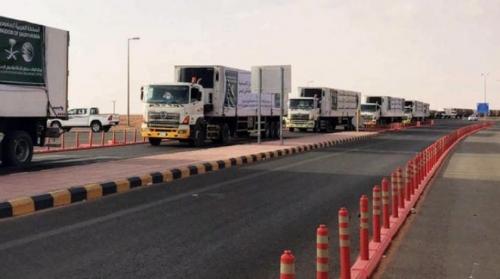 18 شاحنة إغاثية سعودية تعبر منفذ الوديعة باتجاه الحديدة