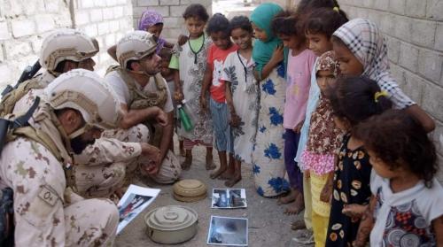 فريق من الهندسة الميدانية الإماراتية ينفذ حملة توعية لأهالي المناطق المحررة في الحديدة حول