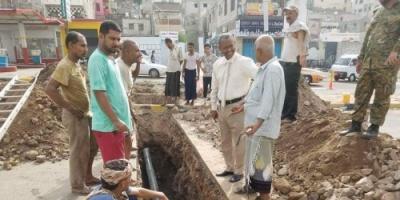 سيدو يتفقد مشروع تغيير أنابيب الصرف الصحي المتهالكة في أحياء وشوارع صيرة