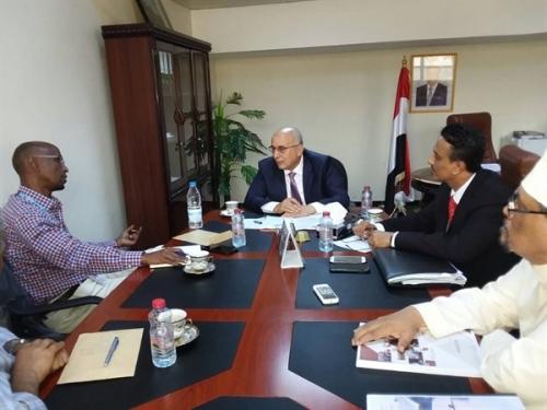اليمن و الغذاء العالمي يتفقان على تخصيص 70 ألف طن إغاثي للساحل الغربي