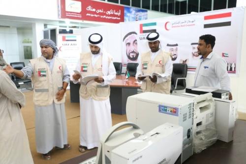""""""" الهلال الأحمر الإماراتي """" يواصل دعمه للقطاع الصحي في اليمن."""