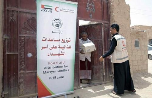 """""""الهلال الأحمر الإماراتي"""" يوزع مساعدات إنسانية على أسر الشهداء في مديرية تريم بوادي حضرموت"""