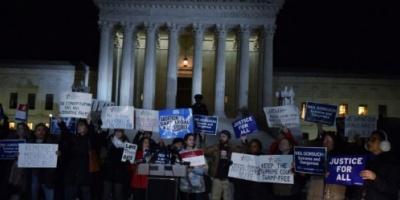 احتجاجات بواشنطن ضد تأييد قضائي لترامب في قراره حظر السفر إلى دول إسلامية