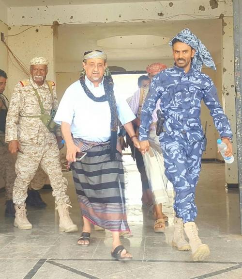 عضو رئاسة الانتقالي الشيخ بن فريد يتفقد مواقع وافراد النخبة الشبوانية في عتق و الصعيد