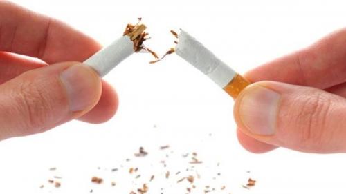 للمدخنين .. سجائركم تضر بآذان صغاركم!