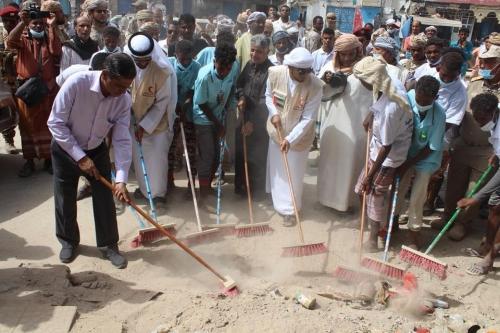"""البحسني يدشن حملة لإزالة مخلفات الأمطار في مدن ساحل حضرموت بتمويل من """"الهلال الأحمر الإماراتي"""" (صور)"""