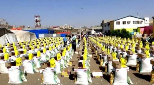 توزيع مساعدات للمتضررين من اعصار ماكونو بمنطقة طيداع بسقطرى