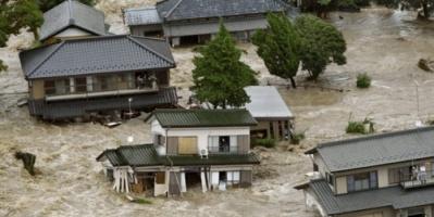 اليابان تبحث عن ناجين من الفيضانات التي قتلت 100 شخص