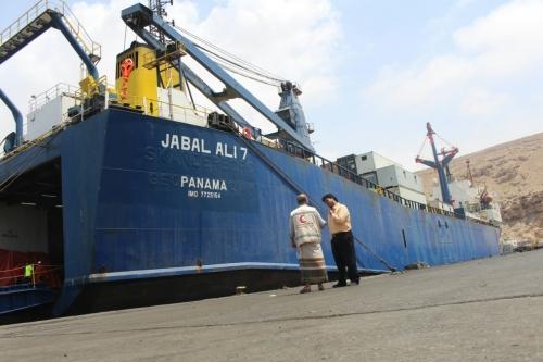 سفينة شحن إماراتية تحمل أطناناً من المواد الغذائية تصل ميناء المكلا