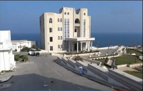 """إطلاق نار كثيف يستهدف """"كيسا بلاستيكيا"""" فوق القصر الرئاسي بعدن"""