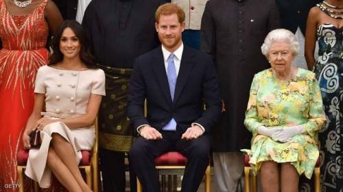 """ماركل ترتكب تصرفا """"لا يليق"""" في حضرة الملكة"""