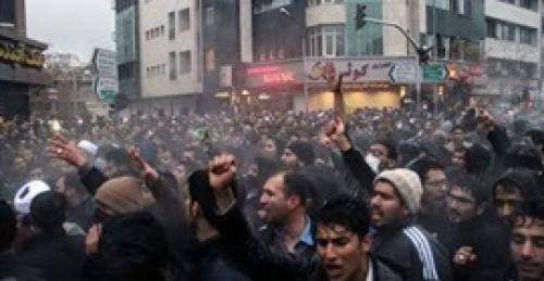 توسع الإحتجاجات في إيران ومطالب بالإضراب الشامل
