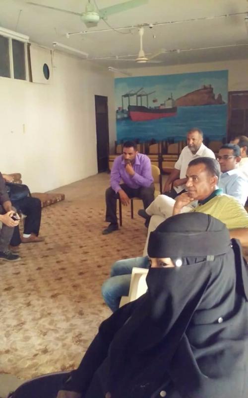 معلمو عدن للرئيس اليمني: لا تراجع عن هيكلة الأجور بعد سقوط الريال أمام العملات الأجنبية