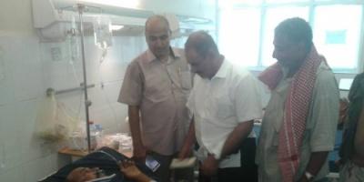 محافظ الضالع يزور مستشفى 22 مايو في عدن ويتفقد احوال المرضى والمصابين
