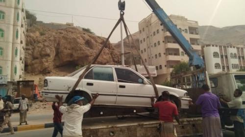 مكتب أشغال ساحل حضرموت ينفذ حملة لرفع السيارات العاطلة والخردة من الشوارع الرئيسة بالمكلا