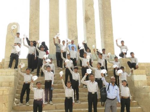 """شاهد بالصور.. """"أطفال الحرب"""" في رحلة تاريخية باليمن"""