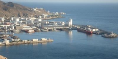 تلقى دعماً سخياً من الهلال الأحمر الإماراتي ميناء المكلا.. شريان الحياة لثلاث محافظات