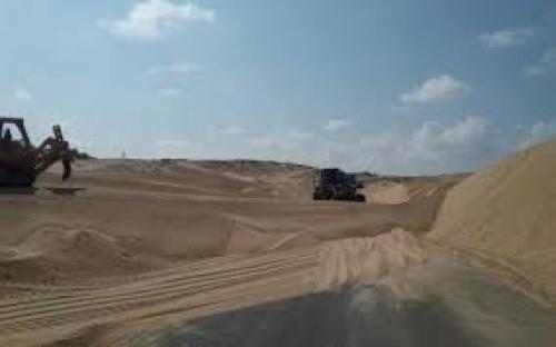 هيئة الهلال الاحمر الاماراتي  تنفذ مشروع إزالة الكثبان الرملية في شبوة