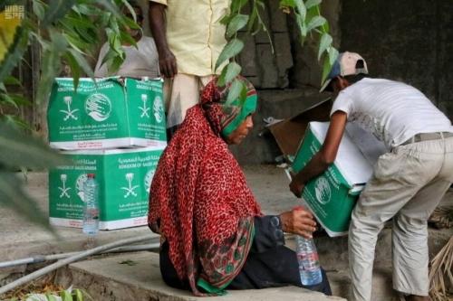 مركز الملك سلمان للإغاثة يوزع مساعدات غذائية في مديرية كريتر