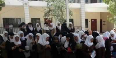 طالبة تصفع مشرفا حوثيا على وجهه في امتحانات الشهادة الثانوية