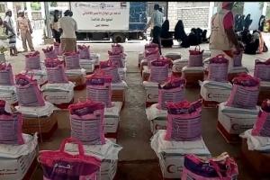 الهلال الأحمر الإماراتي يدشن توزيع 2500 سله غذائية على النازحين بمحافظة أبين
