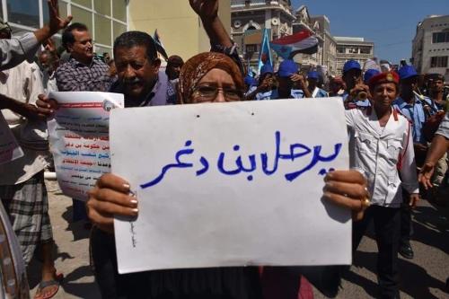 الغضب الشعبي يدفع الحكومة للتحقيق في أزمة كهرباء عدن