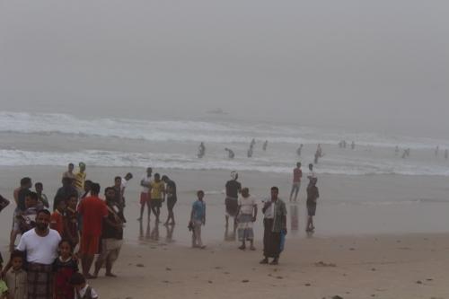 سواحل المكلا وساحل حضرموت تشهد ارتياد المئات من الداخل والخارج وقوارب خفر السواحل تؤمّن الشواطئ