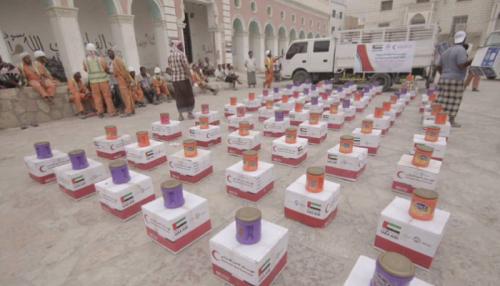 فيديو .. الهلال الأحمر الإماراتي يوزع مساعدات إغاثية بوادي حضر موت