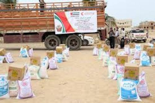 الهلال الأحمر الإماراتي يوزع مساعدات غذائية على مئات الأسر بحضرموت