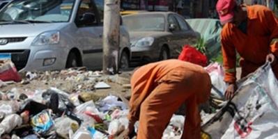 بعد نهب مستحقاتهم .. الحوثي يوكل مهمة رفع جثث عناصره المتعفنة لعمال النظافة بالحديدة