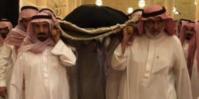 شاهد .. صورة مؤثرة لأمير نجران السعودية أمام قبر أمه