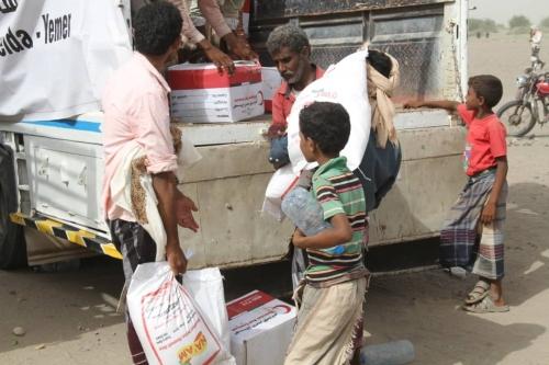 الهلال الأحمر الإماراتي يوزع 600 سلة غذائية في قرى التحيتا بالحديدة