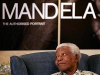 """100 عام على ميلاد مانديلا .. """" يد بيضاء """" قهرت العنصرية"""