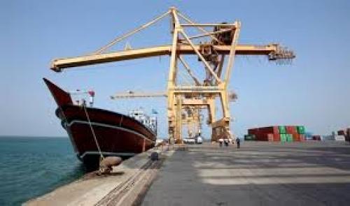"""منذ 23 يومًا.. الحوثيون يرفضون تفريغ """"سفينة ديزل"""" في ميناء الحديدة"""