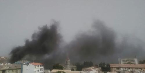 حريق ضخم يندلع بعمارة سكنية في التواهي