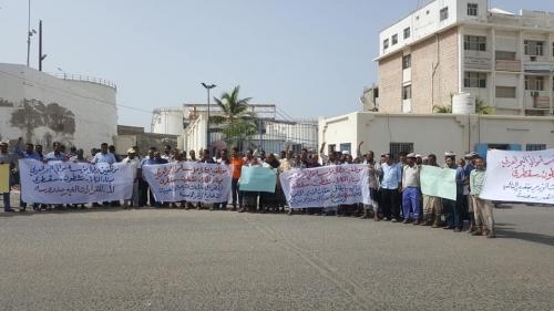 عمال ميناء المكلا يصعّدون من احتجاجاتهم الرافضة لقرارات الجبواني الهادفة «لأخوَنَة الميناء»