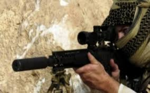 قناص حوثي يستهدف شخصين في أبعر شرق تعز