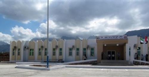 وكيل أول سقطرى يطلع على سير العمل في مستشفى الشيخ خليفة