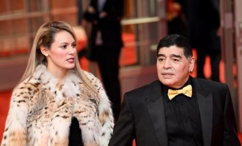 مارادونا يتزوج صديقته التي تصغره بثلاثين عاما