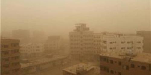 عاصفة رملية تغطي شوارع عدن وتعطل حركة المرور