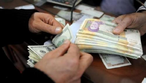"""الريال الإيراني يواصل السقوط و""""المركزي"""" يتهرب من المسؤولية"""