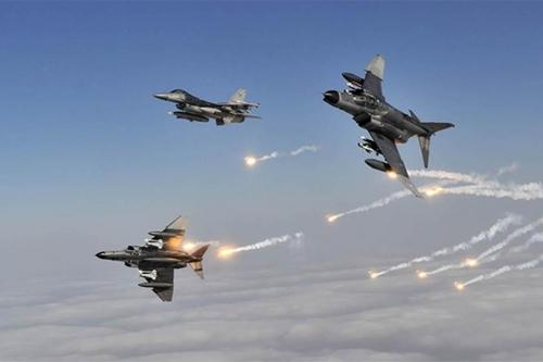 مقاتلات التحالف تدك بناية حولها الحوثي ثكنه عسكرية