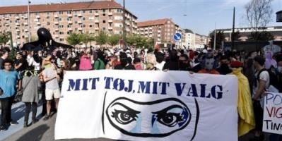مئات الدنماركيين يحتجون على حظر النقاب في الأماكن العامة
