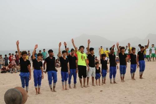 الهلال الأحمر الإماراتي يرعى بطولة كرة الشاطئ لنجوم الزمن الجميل في نادي الشعلة