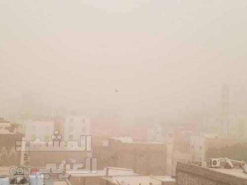 عاجل: عاصفة رملية تضرب العاصمة عدن وتصيبها بشلل مروري ( صور )